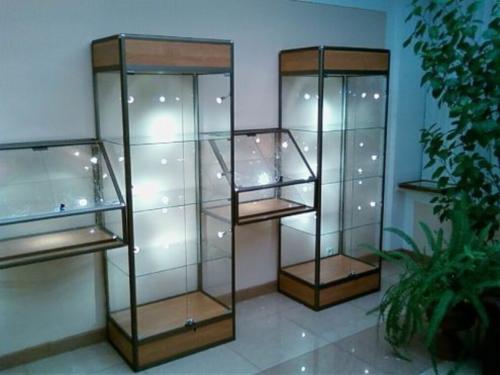 Стеклянные витрины-шкафы с подсветкой: