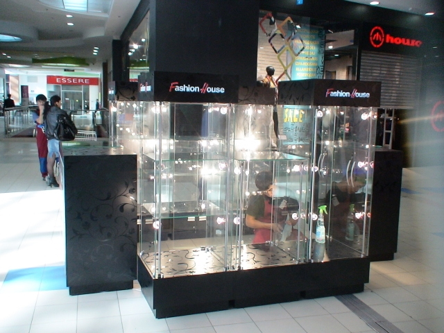 Стеклянные витрины с логотипом